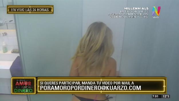Romina en la ducha