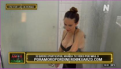 Ana Paula en la ducha