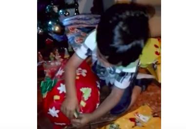 Niño recibe sandía por Navidad