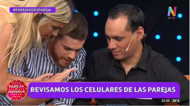 Gastón y Stefi revisan los celulares