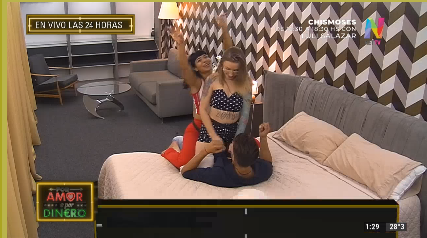 Katia, Araceli y JOrge bailan en la cama
