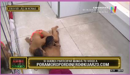 Nancy y Marcos deslizándose en el suelo