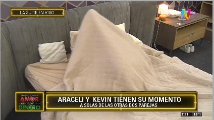 Kevin y Araceli en la cama