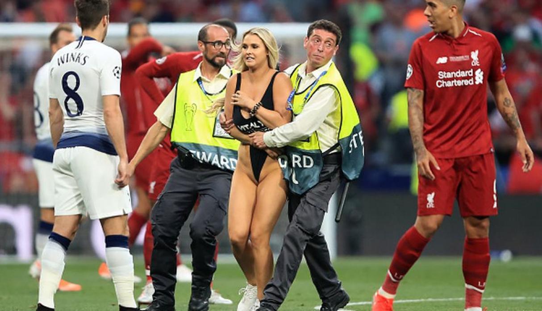 Jugadores de Liverpool le escribieron a la mujer que invadió la final de la Champions League
