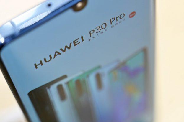 Huawei tendrá que eliminar la publicidad de Booking.com