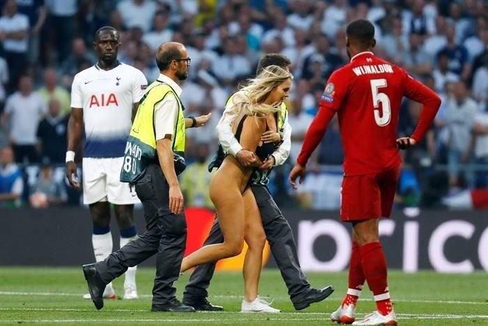 Una Mujer En Bikini Invadio El Campo De Juego En La Final De La Champions
