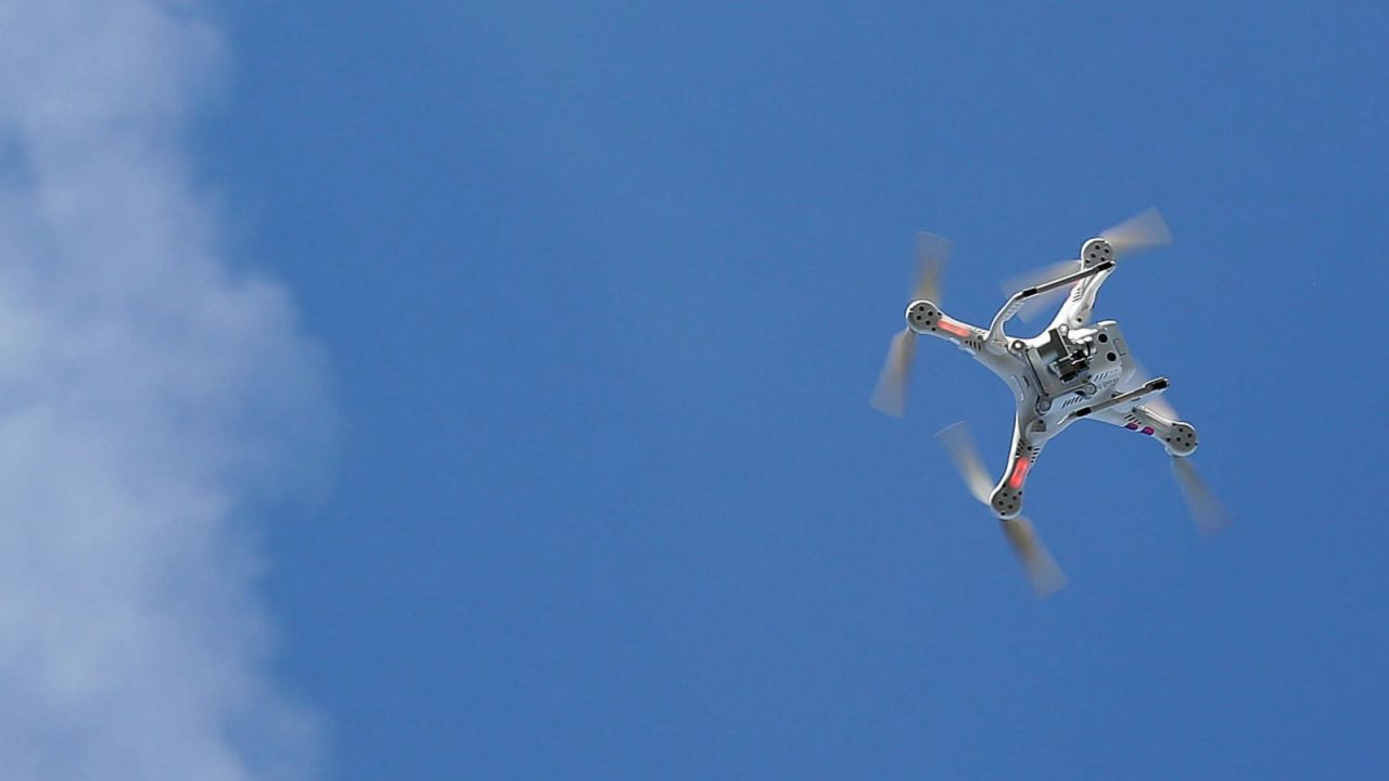 Detienen a hombre que lanzaba explosivos desde un drone a la casa de su exnovia