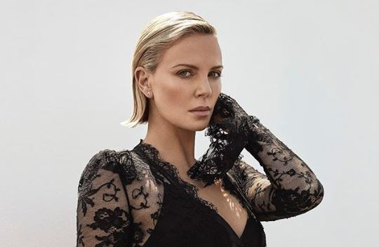 charlize theron madre mato padre