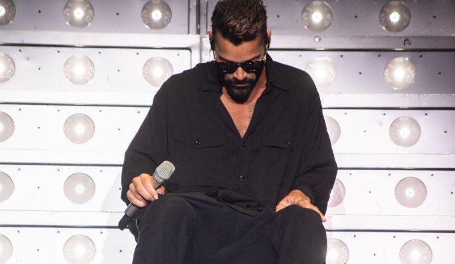 Ricky Martin fue captado en un momento en que dejó ver su hábito poco saludable