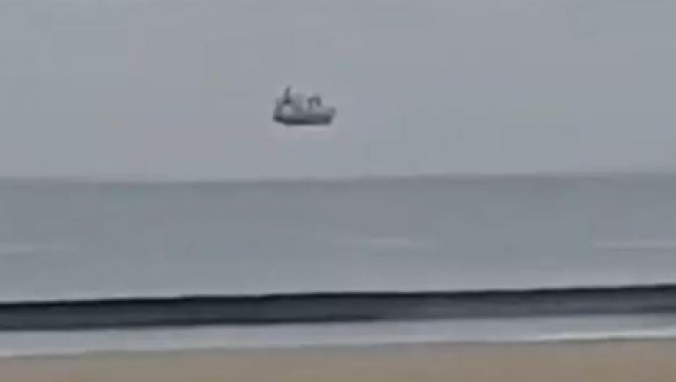 Barco que flota en el aire