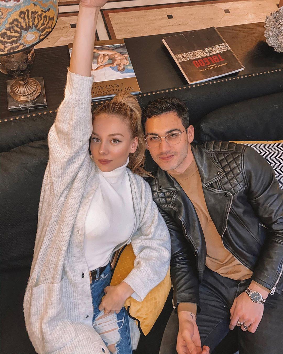 Alejandro Speitzer y Ester Expósito